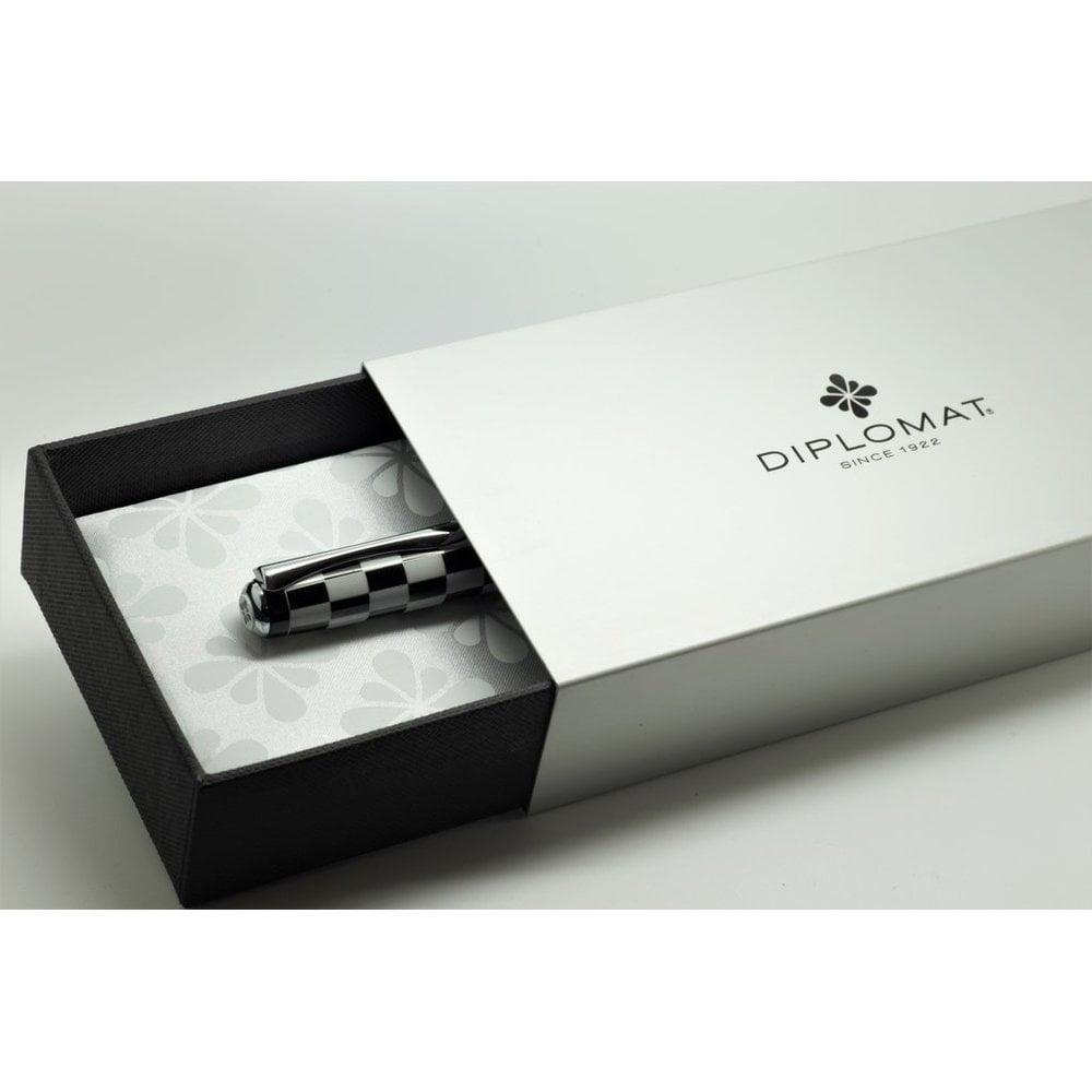 DIPLOMAT Excellence A - Rome Black White - stilou cu penita M, din otel inoxidabil